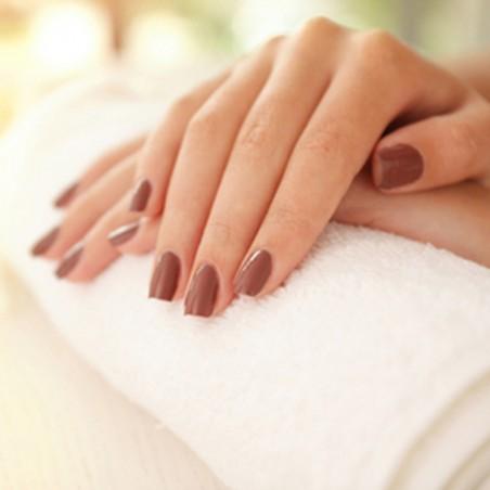 Des mains parfaites avec : pose ongle résine + vernis...